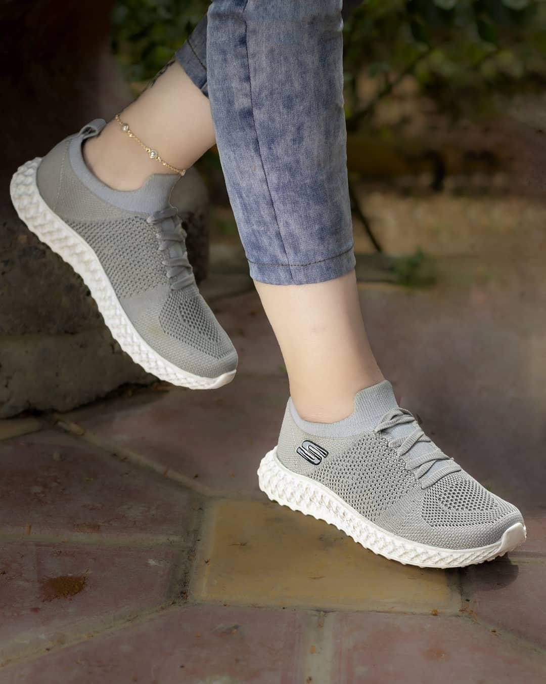 کفش طوسی رنگ اسکیچرز دخترانه - کفش تعطیلات